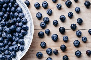 blueberry on plate and wood table