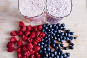 rapsberry and blueberry smoothie