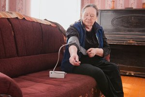 Old lady measures to itself blood pressure