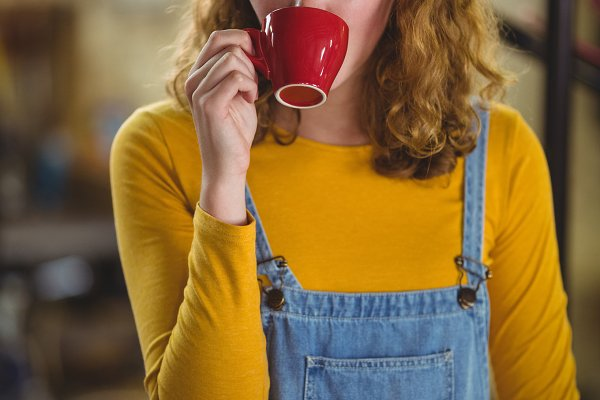 Thoughtful woman having a cup of co…