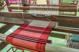 Weaving loom and shuttle