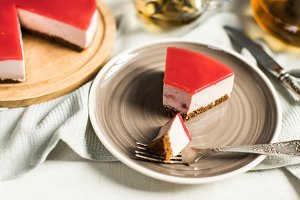 Dietary cheesecake with raspberries