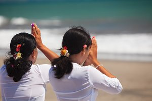 Praying balinese women