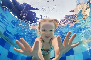 Child dive in swimming pool
