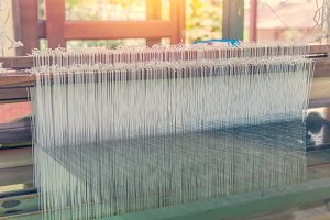 Weaving loom and shuttle on warp