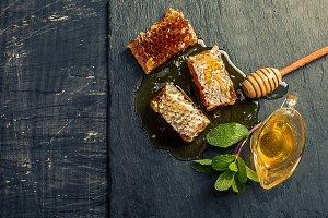 Honey, honeycomb, mint and dipper