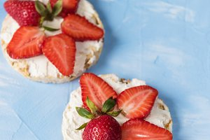 Strawberry sandwiches with mascarpone