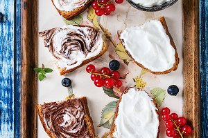 Dessert sandwiches with berries