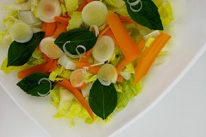 Lettuce salad with carrots and basil