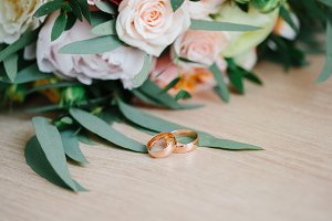 Details of the bride. bouquet, ring