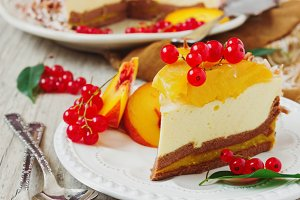 cake with peaches and red currants