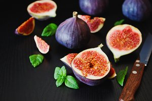 figs and fresh mint leaves