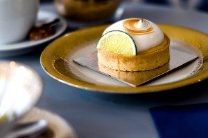Cute meringue and lemon cake.