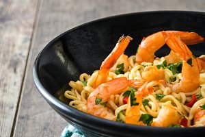 Noodles and shrimps with vegetables