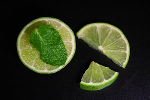 Lime slices with mint