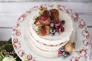 Naked cake with caramelized fruits