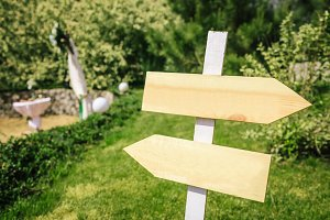 Wedding pointer in rustic style for a ceremony in garden