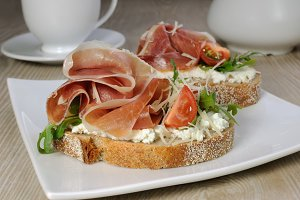 Sandwich of jamon with ricotta