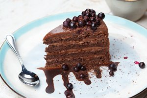 Chocolate-berry cake with currant