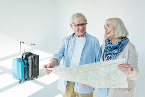 couple choosing destination of trip