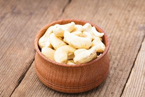 cashews in wooden bowl