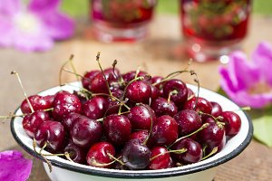 Fresh cherries in bowl
