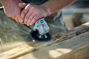 wood grinding by carpenter
