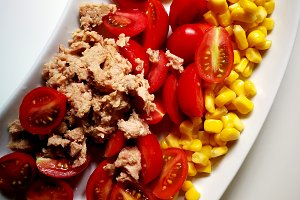 Salad with tomatoes, corn and tuna