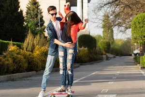 Man learns girlfriend to skateboard