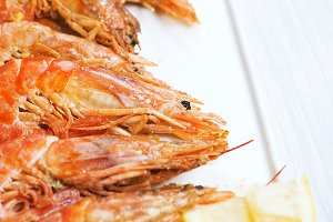 Close-up of shrimps served with lemon. Copy space. Marisco.
