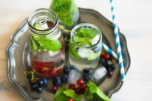 Detox summer lemonade with berries