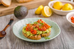 Avocado spread with tomatoes