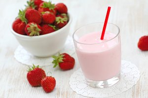 Strawberry yogurt with fresh strawberries