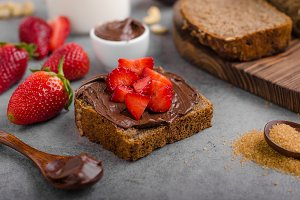 Nutella spread with wholegrain bread