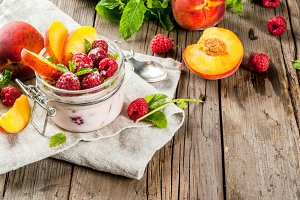 Oatmeal with raspberries and peach