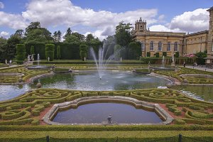 Blenheim Palace with its fountain