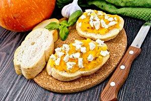 Bruschetta with pumpkin and cheese