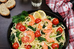 Pasta with shrimp and vegetables