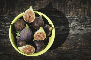 Figs in bowl on wood