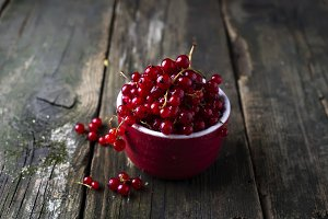 Fresh red currants in bowl