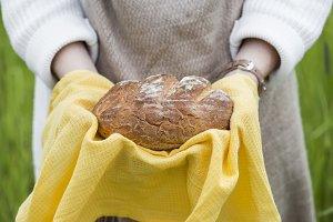 round bread in hands