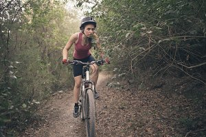 the young woman cycling cross-countr