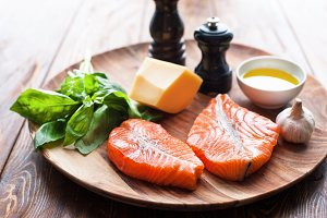 Salmon steaks with cheese and fresh ingredients