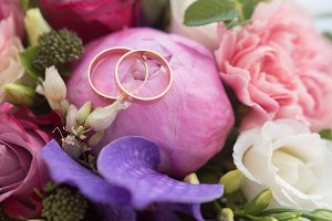 Wedding rings on bouquet, macro, horizontal