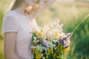 film look woman with bouquet