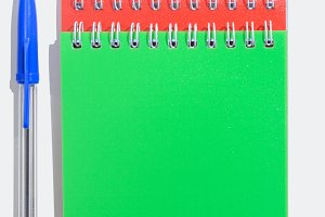 Green and red notepads