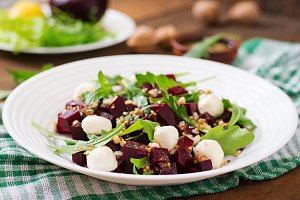 Salad with baked beetroot
