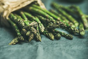 Green asparagus, carrots and avocado