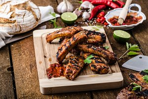 Grilled Spareribs in spicy marinade with beer and rustic bread