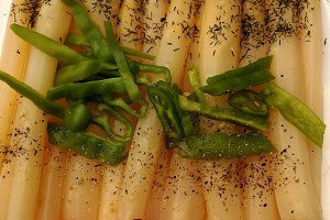Asparagus seasoned with oil and dill